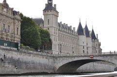 Paris, am 18. Juli: Historische Gebäude von der Bank von der Seine von Paris in Frankreich Stockbild