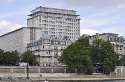 Paris, am 18. Juli: Historische Gebäude von der Bank von der Seine von Paris in Frankreich Lizenzfreies Stockfoto