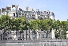 Paris, am 18. Juli: Historische Gebäude von der Bank von der Seine von Paris in Frankreich Lizenzfreie Stockfotos