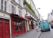 Paris Juli 17: Magasin Moulin rouge från Montmartre i Paris Fotografering för Bildbyråer