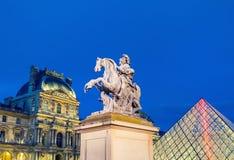 PARIS - JULI 20, 2014: Nattljus av Louvre på en härlig summa Royaltyfria Bilder