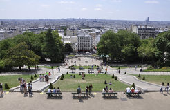 Paris Juli 17: Paris panorama och basilikan Sacre Coeur parkerar från Montmartre i Paris Royaltyfri Bild