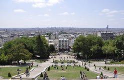 Paris Juli 17: Paris panorama och basilikan Sacre Coeur parkerar från Montmartre i Paris Fotografering för Bildbyråer