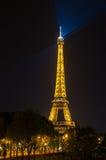 PARIS - JULI 31: Tända Eiffeltorn Juli 31, 2011 i Pari Arkivbilder