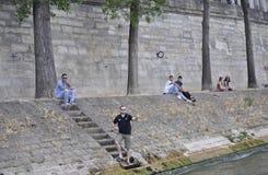 Paris Juli 18th: Bank av Seine River från Paris i Frankrike Fotografering för Bildbyråer