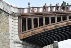 Paris Juli 18th: Detaljer för Pont audubblett över Seine från Paris i Frankrike Arkivbild