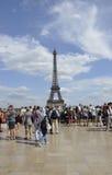 Paris Juli 18th: Eiffeltornplaza från Paris i Frankrike Arkivbild