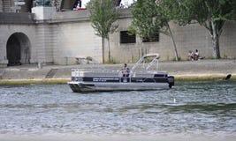 Paris Juli 18th: Fartyg på Seine River från Paris i Frankrike Fotografering för Bildbyråer