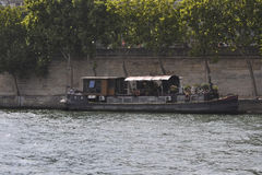 Paris Juli 18th: Fartyg på Seine River från Paris i Frankrike Royaltyfria Foton