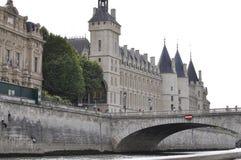 Paris Juli 18th: Historiska byggnader från banken av Seine från Paris i Frankrike Fotografering för Bildbyråer