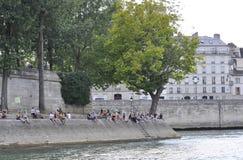 Paris Juli 18th: Historiska byggnader från banken av Seine från Paris i Frankrike Royaltyfria Bilder