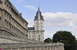 Paris Juli 18th: Historiska byggnader från banken av Seine från Paris i Frankrike Royaltyfri Foto