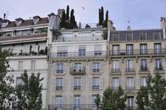 Paris Juli 18th: Historiska byggnader på banken av Seine River från Paris i Frankrike Royaltyfria Bilder