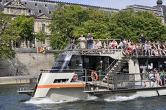 Paris Juli 18th: Kryssningskepp på Seine River från Paris i Frankrike Arkivbild