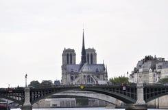 Paris Juli 18th: Notre Dame Cahtedral och Pont de Befläcka över Seine från Paris i Frankrike Royaltyfri Fotografi