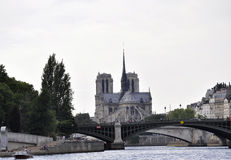 Paris Juli 18th: Notre Dame och Pont de Befläcka över Seine från Paris i Frankrike Fotografering för Bildbyråer