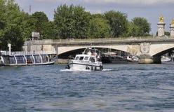 Paris Juli 18th: Pont d'lena över Seine från Paris i Frankrike Royaltyfri Foto