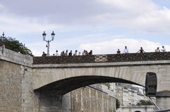 Paris Juli 18th: Pont des Arts över Seine från Paris i Frankrike Arkivfoton