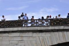 Paris Juli 18th: Pont des Arts över Seine från Paris i Frankrike Arkivbild
