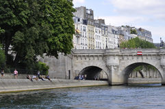 Paris Juli 18th: Pont Neuf detaljer över Seine från Paris i Frankrike Arkivfoton