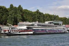 Paris Juli 18th: Seine kryssningfartyg från Paris i Frankrike Arkivfoton