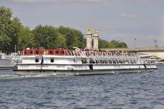 Paris Juli 18th: Seine kryssningfartyg från Paris i Frankrike Royaltyfri Bild