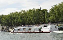 Paris Juli 18th: Seine kryssningfartyg från Paris i Frankrike Royaltyfria Bilder