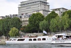 Paris Juli 18th: Seine kryssningfartyg från Paris i Frankrike Fotografering för Bildbyråer