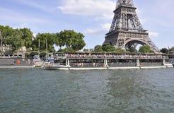 Paris Juli 18th: Seine kryssningskepp från Paris i Frankrike Arkivbilder