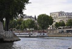Paris Juli 18th: Seine kryssningskepp från Paris i Frankrike Royaltyfri Bild