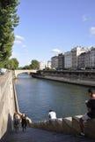Paris Juli 18th: Trappa från banken av Seine River från Paris i Frankrike Royaltyfria Bilder