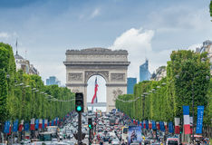 PARIS - JULI 20, 2014: Trafik längs Champs-Elysees Avenyn Arkivfoton