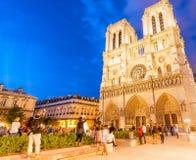 PARIS - JULI 2014: Turistbesök Notre Dame Cathedral på natten Royaltyfria Bilder