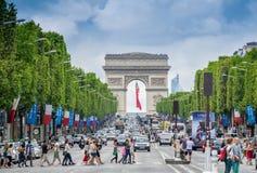 PARIS - JULI 20, 2014: Turister på den berömda Champs-Elysees aven Fotografering för Bildbyråer