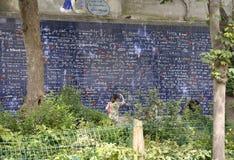 Paris Juli 17: Vägg av förälskelse av Jehan Rictus Square från Montmartre i Paris Arkivfoton