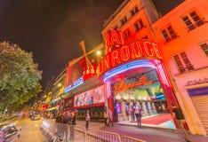 PARIS - JUNI 11: Den Moulin rougen vid natt, på Juni 11, 2014 in Royaltyfria Bilder