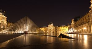 PARIS - Juni 1: Louvremuseum i Paris, Frankrike på natten på Juni Royaltyfria Bilder