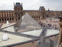 Luftventilpyramiden hänrycker till det berömda museet. Paris. Frankrike. Juni 21, 2012 Fotografering för Bildbyråer