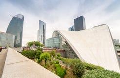 PARIS - JUNI 9, 2014: Moderna byggnader för Laförsvar Laförsvar är Arkivbilder