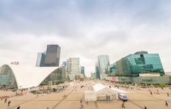 PARIS - JUNI 9, 2014: Moderna byggnader för Laförsvar Laförsvar är Arkivfoto