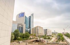 PARIS - JUNI 9, 2014: Moderna byggnader för Laförsvar Laförsvar är Royaltyfria Foton