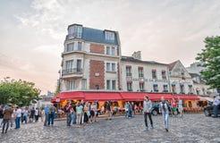 PARIS - JUNI 12, 2014: Turister i Montmartre i aftonen Mo Royaltyfria Foton
