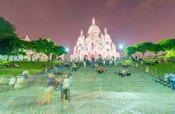 PARIS - JUNI 12, 2014: Turister i Montmartre i aftonen Mo Royaltyfria Bilder