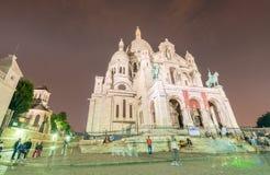 PARIS - JUNI 12, 2014: Turister längs den Montmartre kullen Paris är Arkivfoton