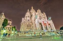 PARIS - JUNI 12, 2014: Turister längs den Montmartre kullen Paris är Arkivbilder
