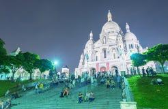 PARIS - JUNI 12, 2014: Turister längs den Montmartre kullen Paris är Royaltyfri Fotografi