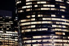 Paris kontorsbyggnadfönster på natten i affärsområdet royaltyfria foton