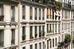 Paris lägenheter royaltyfri fotografi