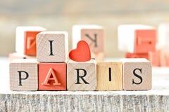 Paris, l'amour Paris du mot i avec les lettres en bois sur un fond en bois Images stock