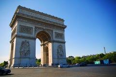 Paris, l'Arc de Triomphe par temps ensoleillé photographie stock